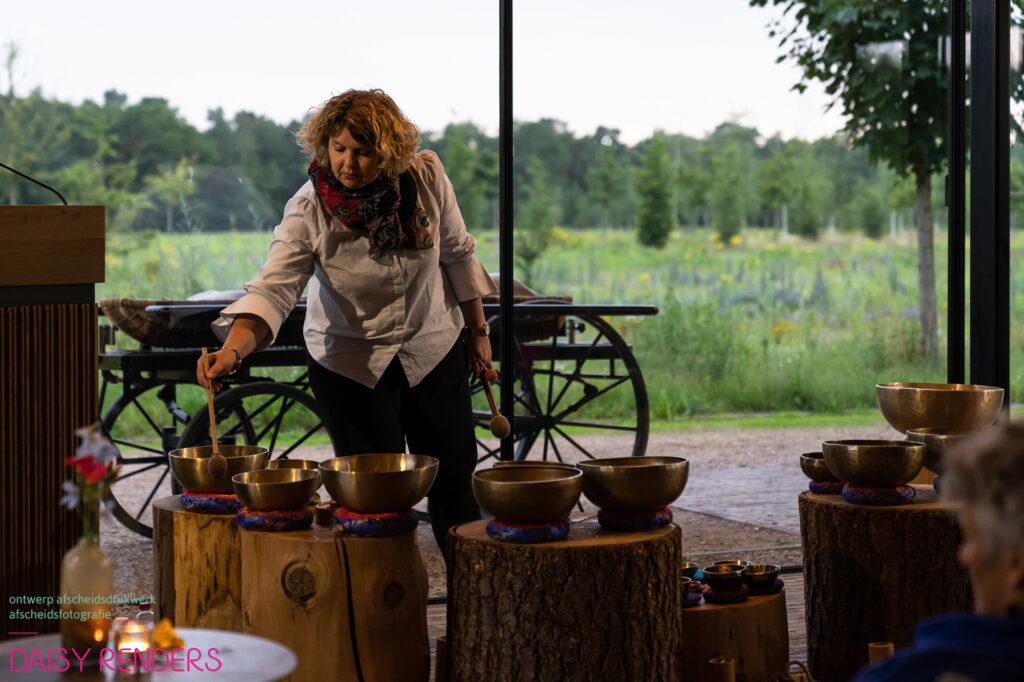 Natuurlijk Afscheid uitvaartbegeleider natuurbegraven Patricia Verbruggen klankschalen